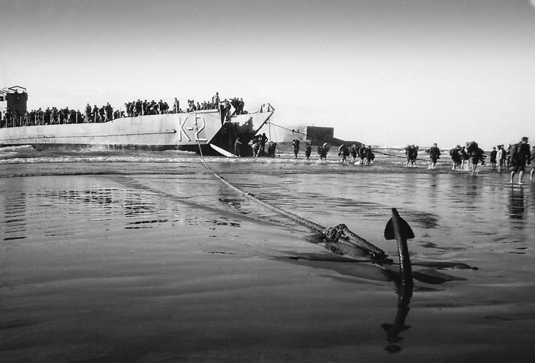 01-03.- Ancla en la arena. Soluciones ingeniosas a carencias logísticas. Foto: Joan Bordas. Villa Bens, 1958