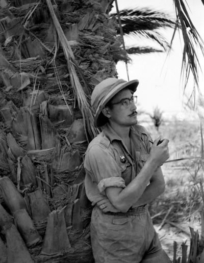 01-04a.- Reflexionando sobre el capricho del destino. Foto: Joan Bordas. El Aaiún. Oasis Messeid, 1958