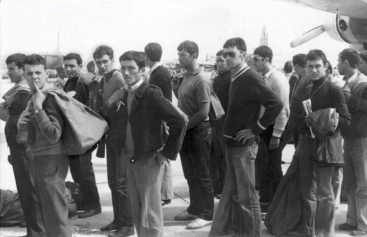 01-04b.- ¿Intriga? ¿Desconcierto? Es el primer contacto con el Sáhara. Foto: Pedro Hidalgo . El Aaiún, 20 de Octubre de 1972