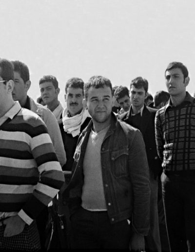 01-07b.- No les entusiasma la bienvenida. Foto: Jesús Bayona. El Aaiún, Octubre 1974