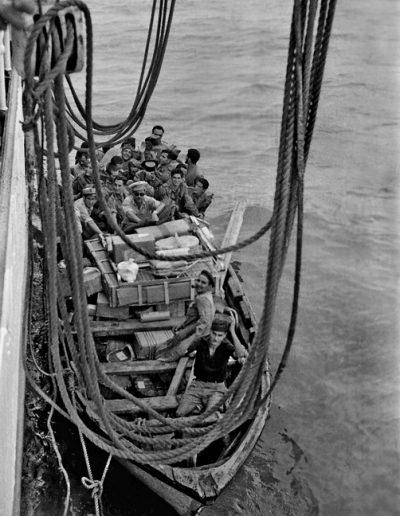 01-08a.- Desembarcando del Domine en Villa Bens. El barco construido en los astilleros SECN de Sestao, fue botado en Julio de 1934, Cubría la línea Bilbao-Fernando Poo. Foto: Joan Bordas. Villa Bens, 1957