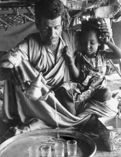 02-03.- Saharahui, niña y ceremonia del té. Foto: Juan Francisco Trujillo. Zona de Auserd, 1972-1973