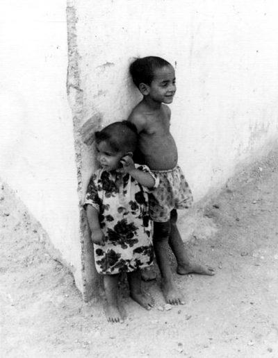 02-10b.- Guayetes jugando en las calles de El Aaiún. Foto: Juan Farmendáriz. El Aaiún, Marzo 1968