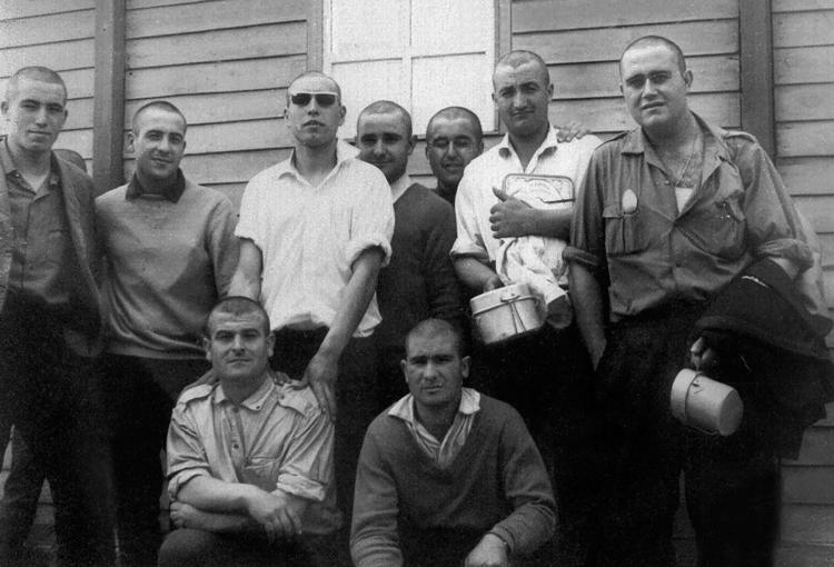 03-03c.- Todavía vestidos de civiles y luciendo corte de pelo. Foto: Sixto Palacios. El BIR, 1966-1967