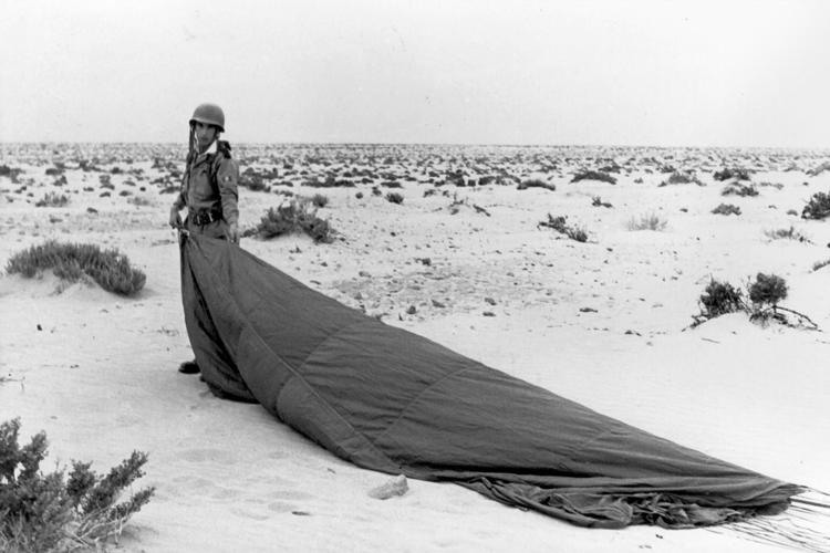 03-06b.- Recién descendido de los cielos. Foto: Manuel Viaño. Algún lugar del Sáhara, 1968-1970