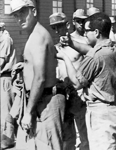 03-07a.- ¡¡Vacunas!! Por la retaguardia. Se lo toma mal. Foto: José Cayero. El BIR, Mayo 1967