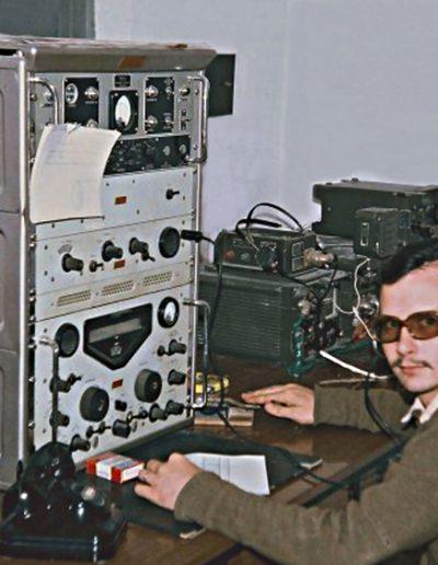 04-07a.- La Red Permanente a la escucha. Los oídos del Sáhara. Emisora RACAL RA-17. Foto: Florentino Medina. El Aaiún, 1973-1974