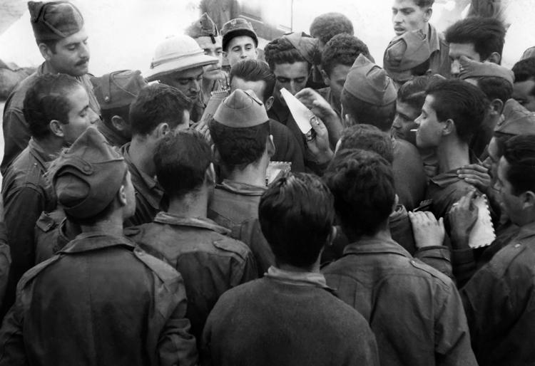 04-08b.- Revuelo en la tropa. ¡¡Ha llegado el correo!! Foto: Juli Borque. Villa Bens, 1958