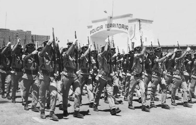 04-09b.- Desfila la Policía Territorial. Foto: Antonio Martínez. El Aaiún, 1968-1969
