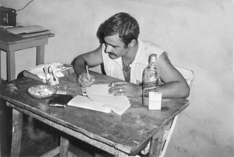 05-03.- Cigarrillos Coronas, wihisky, la foto de la novia y papel para escribir. Una tarde de domingo en cualquier base avanzada. Foto: Juan Francisco Trujillo. Auserd, 1972-1973