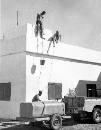 05-04a.- Última fase de la aguada. Comodidades en el desierto. Foto: Juan Piqueras. Tichla, 1971