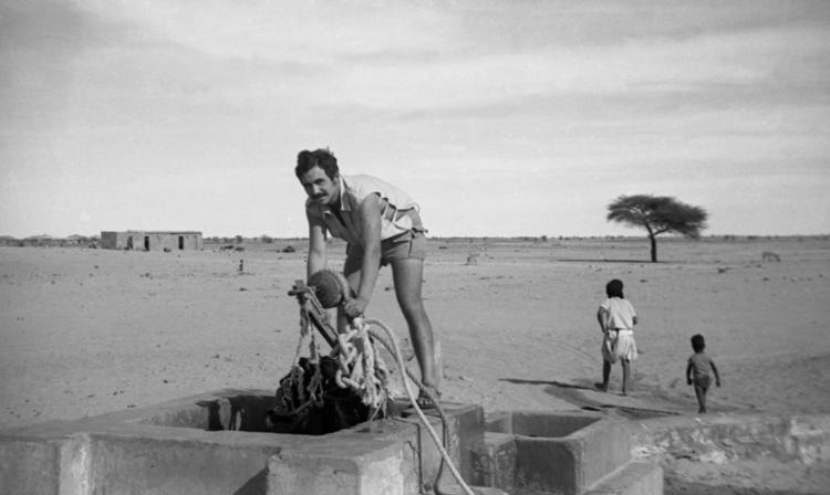 05-04c.- Primera fase de la aguada. Sacar el agua del pozo. Foto: Juan Piqueras. Tichla, 1971