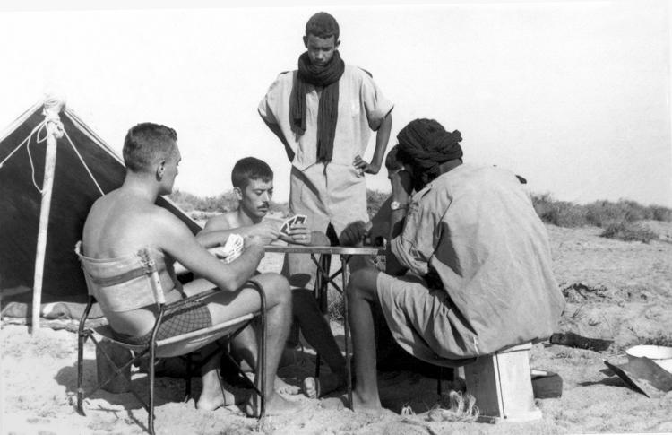 05-07c.- Partida de cartas en el desierto. Foto: Salvador Alfonso Alarcón. Zona de Smara, 1969-1970
