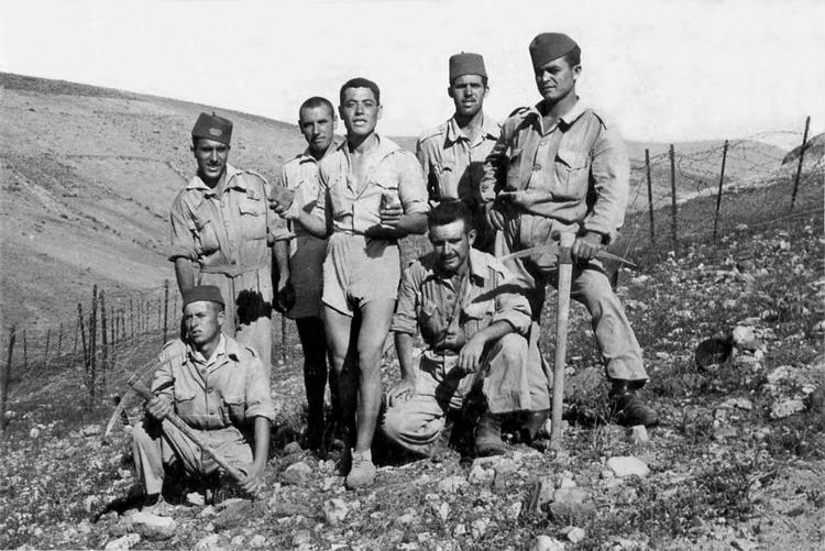 05-10c.- Tirando de pico. Foto: Miguel Gómez Plaza. Sidi Ifni, 1959