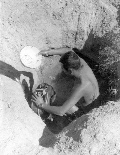 06-05.- Llenando la petaca de agua en el lecho de un río. ¡¡Que no se derrame una gota!! Foto: Salvador Alfonso Alarcón. Zona de Smara, 1969-1970