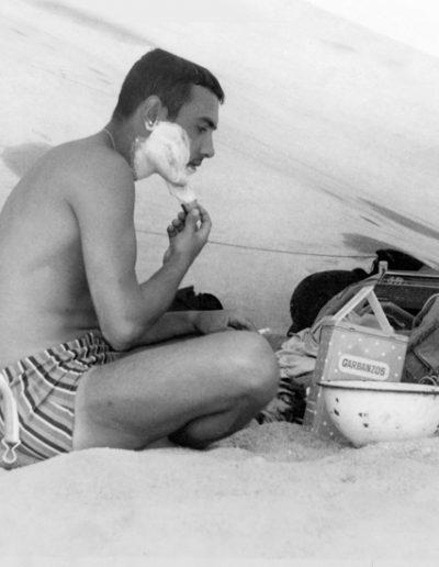 06-06a.- Aseo personal patrullando con La Ferga. Transistor, palangana y lata de garbanzos. Foto: Salvador Alfonso Alarcón. Zona de Smara, 1969-1970