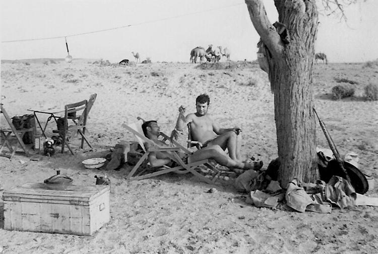 06-06b.- Un descanso en la patrulla con mobiliario no reglamentario. ¡¡Handulil·la!! Foto: Antonio Curpián. Mahbes, 1970