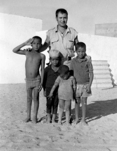 07-02.- Los guayetes siempre estaban a nuestro alrededor. Amistad entre dos pueblos Foto: José Richart. Bir Nzarán, Agosto 1972