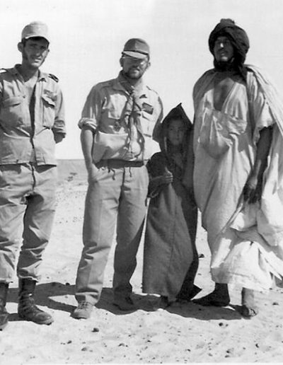 """07-05c.- Con un padre saharaui """"Bu"""" y su hijo """"Uld"""" Foto: Vicente Nozal. Villa Cisneros, 1972-1973"""