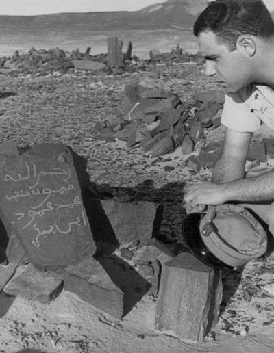 07-06.- Intentando descifrar la estela funeraria Foto: Angel Ballesteros. Smara, 1966-1967