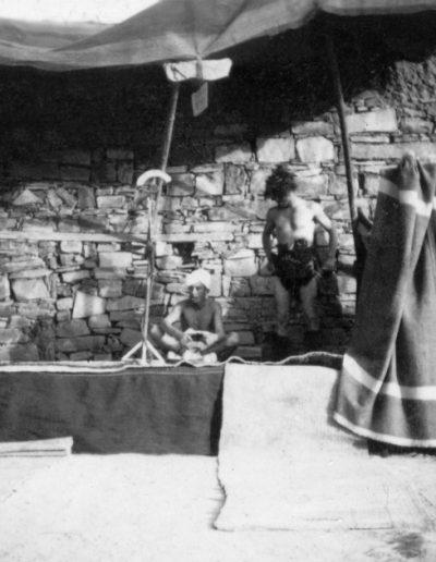 08-08.- Teatro en la vieja alcazaba del Chej Ma el Ainin. La XIII Bandera superando el combate de Edchera Foto: Abraham García. Smara, 1958