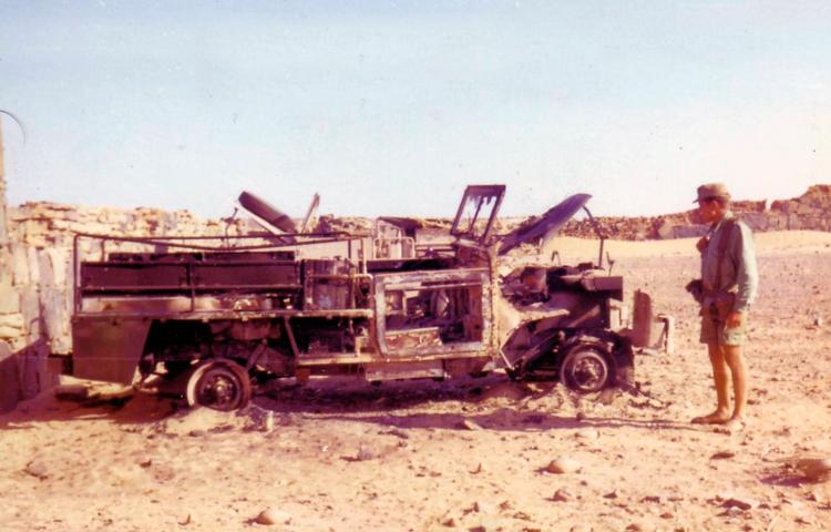 09-02a.- Observando los efectos del ataque a Hausa Foto: Vicente García. Hausa, 2 de Agosto de 1975