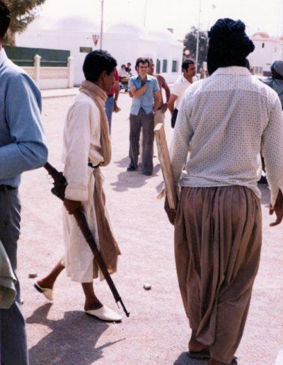 09-04a.- Con un viejo fusil BERTHIER 1926. Puede palparse la tensión Foto: Antonio Paratje . El Aaiún, verano 1975