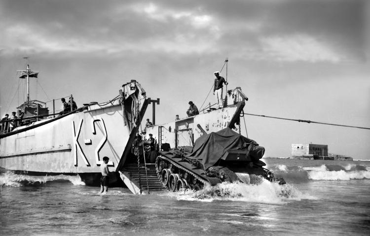 """09-07a.- Barcaza K-2 (MORSA) desembarcando carro de combate ligero M-24 """"Chaffee"""" Foto: Joan Bordas. Villa Bens 1957"""