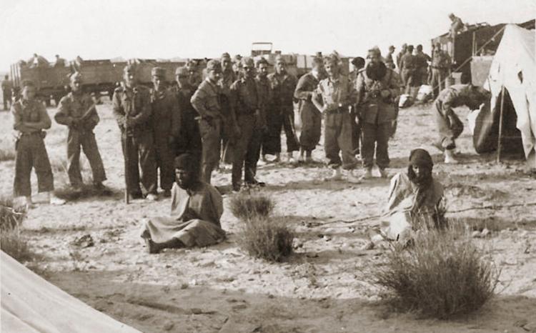 09-09b.- Los soldados del Batallón Expedicionario Castilla 16 observan a los prisioneros Foto: Florentino Rodrigo. Zona de Auserd 1958