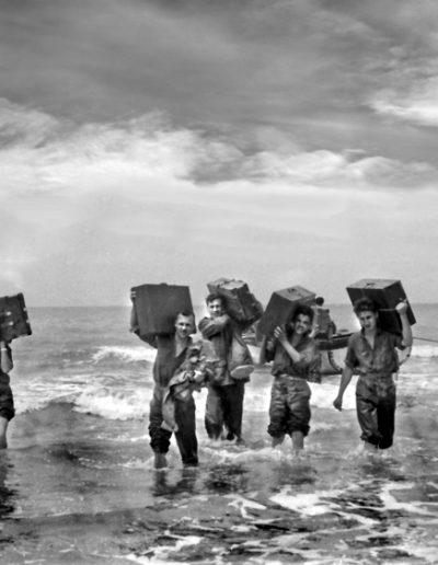 01-02.- Hay situaciones en las que es imposible mantener la marcialidad. Foto: Joan Bordas. Villa Bens, 1958