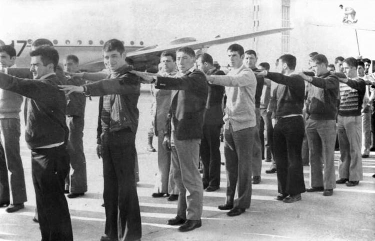 01-04c.- Primeros intentos de formación. Foto: Antonio Eimil. El Aaiún, Abril 1974.