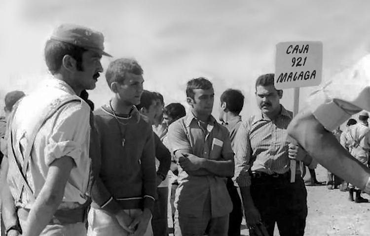 01-05a.- Saben de dónde vienen… pero no saben a dónde han llegado. Foto: Antonio Benítez. El Aaiún, 15 de Octubre de 1975