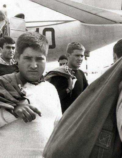 01-06b.- Alejándose del avión. Soñarán con él 14 meses. Foto: José Marín. El Aaiún, 1974