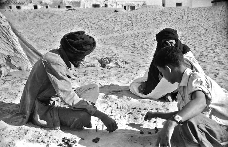 02-01.- Juego saharaui en la arena. El guayete duda en la decisión. Foto: Joan Bordas. Villa Bens, 1958