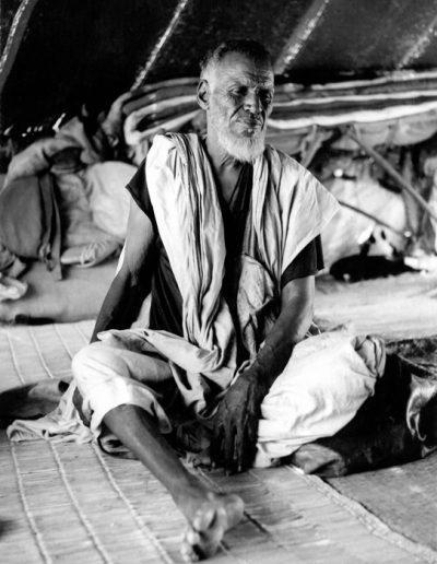 02-02.- Anciano saharahui en su jaima. Foto: Gregorio Ortega. Zona de Tichla, 1972