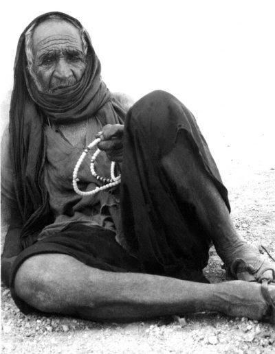 02-06.- Santón saharahui con su Tasbith de 99 cuentas para invocar el nombre del profeta. Foto: Juan Francisco Trujillo. Zona de Auserd, 1972-1973