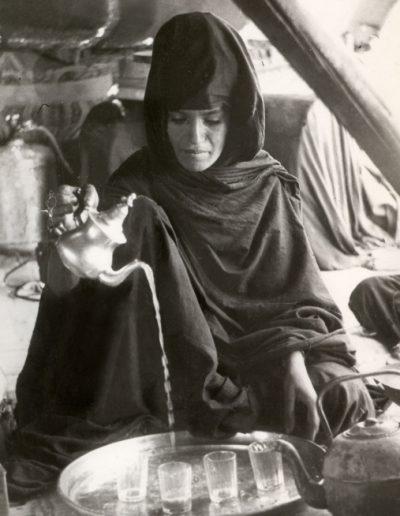 02-07b.- Mujer saharaui concentrada en la ceremonia del té. Foto: Juan Francisco Trujillo. Zona de Auserd, 1972-1973