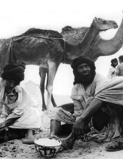 02-08b.- Nómadas saharahuis descansando. Parece que le aprietan las naylas. Foto: Gregorio Ortega. Bir Nazarán, 1974