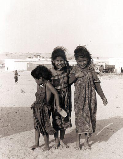 02-10a.- Niñas saharauis. Foto: Miguel García. Aargub, 1971