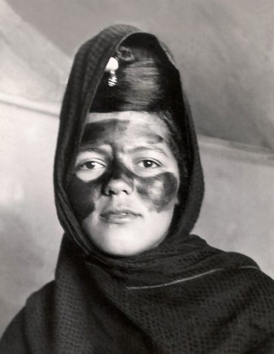 "02-12.- Joven nativa pintada con ""henna"" para alguna ceremonia. Foto: Vicenç Jou. Auserd, 1972"