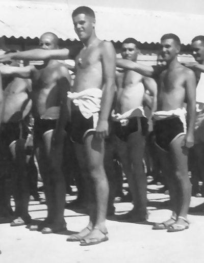03-03b.- Formando para el baño higiénico en el Océano Atlántico. Foto: Antonio Román. El BIR, 1968-1969