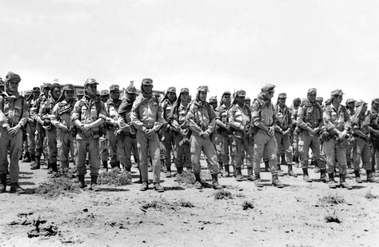 03-06a.-Paracas formando en el desierto. Foto: Manuel Viaño. Algún lugar del Sáhara, 1968-1970