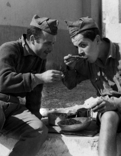 """04-04.- Optimizando medios. Dos comiendo del mismo plato. Foto: Juli Borque """"Petit"""". Villa Bens, 1957-1958"""