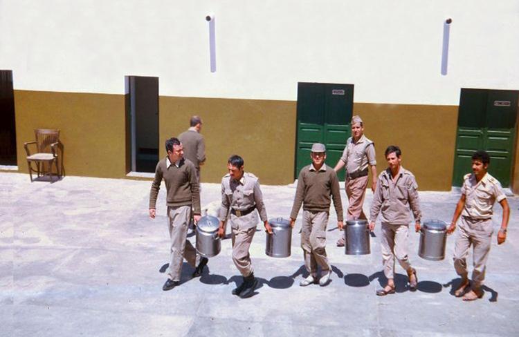 04-07b.- La Red Permanente carecía de cocina. ¡¡Ahí llega el rancho!! Foto: Florentino Medina. El Aaiún, 1973-1974