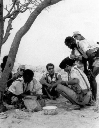 """05-02.- A la sombra de una talha en algún lugar del Tiris. """"La tierra más hermosa, cantada por los poetas saharauis"""". Foto: Iñaki Balzola. Zona de Auserd, 1972-1973"""