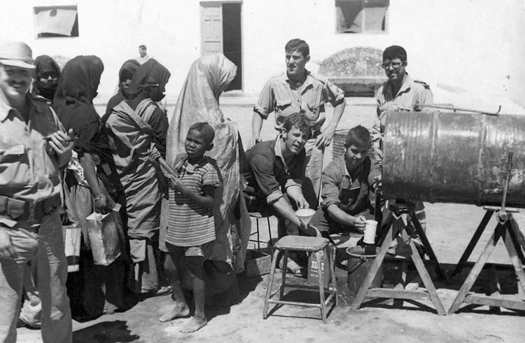 05-04b.- Ayuda sanitaria en Smara. Foto: Manuel Garrido. Smara, 1971-1972