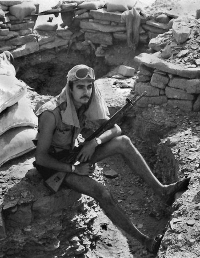 05-05a.- De guardia en la trinchera. Foto: Diego Padrón. Hausa, 1975