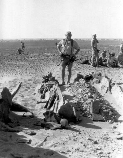 05-07a.- Tumba saharaui. Austeridad en la vida y después de la muerte. Foto: Vicente García. Hausa, Agosto 1975