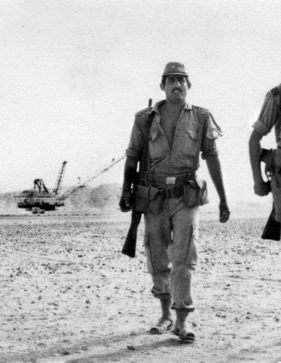 05-07b.- Relevo de guardia en la Dragolina. Foto: Albert Marín. Bu Cráa, Mayo 1974