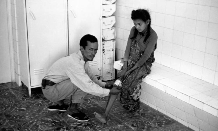 05-08.- Atención sanitaria a los nativos. Foto: Juan Piqueras. Aargub, 1971